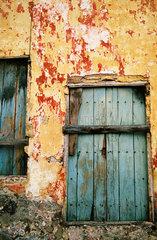 Blaetternde Wandfarbe