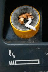 Muelleimer und Zigaretten