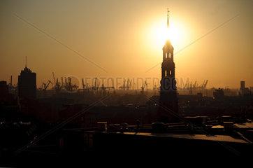 Sonnenuntergang hinter St. Katharinen