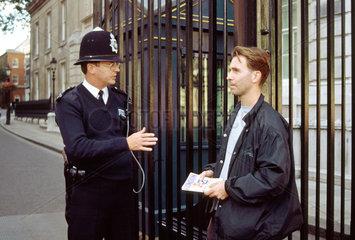 englischer Polizist mit Touristen