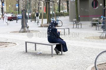 tuerkische Frau Sitz auf eine Bank