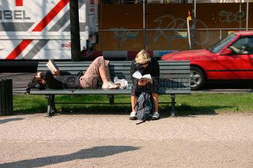 Zwei Frauen beim Lesen