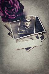 Stapel alter Fotos eines jungen Soldaten