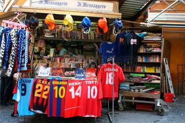 Zeitungskiosk mit Fussballshirt Angebot in Rom