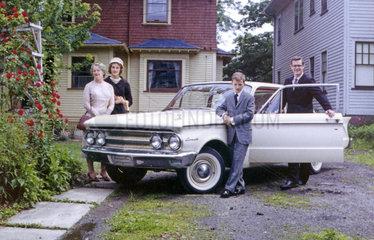 Amerikanische Familie posiert stolz mit ihrem neuen Auto  Mercury Comet  Cleveland  1961