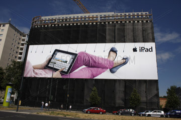 Ipad Werbung vor eine Baustelle