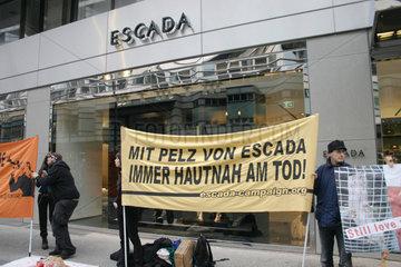 Protest gegen den Pelzhandel bei Escada
