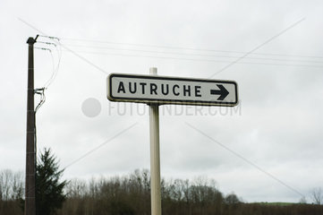 Road sign showing way to Autruche  France