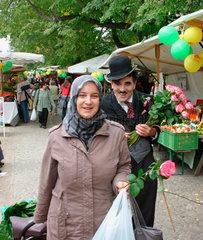 Berlin - Charlot verschenkt eine Rose an eine Tuerkische Frau in Kreuzberg