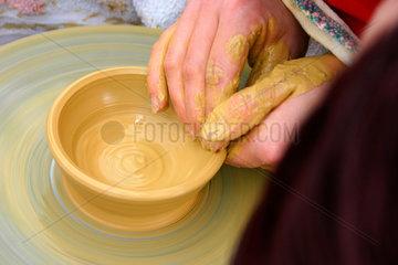 Keramikerin Haende bei der Arbeit
