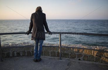 Ein Mann schaut auf die Ostsee