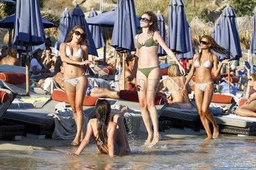 Strandleben am Psarou Beach Kykladeninsel Mykonos im Aegaeischen Meer