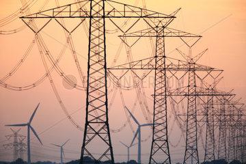 Stromleitungen am Atomkraftwerk Brokdorf