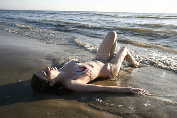 Bikini Maedchen am Nordseestrand