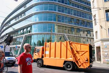 BSR Muellwagen vor dem SAP Gebaeude