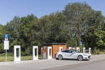 Tesla Model S an Tesla-SUPERCHARGER Ladestation auf dem Euro Rastpark Aichstetten