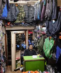 schlafender Kleiderhaendler in Kathmandu  Nepal
