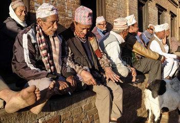 Bhaktapur  Nepal: Maenner treffen sich am Feierabend