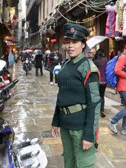 Polizistin in der Altstadt von Kathmandu  Nepal