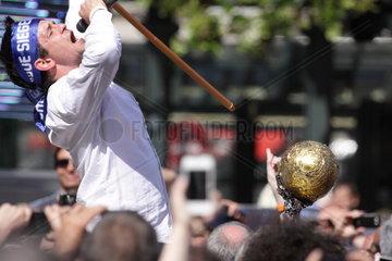 Champions League Gewinner Matthias Flohr vom HSV mit Pokal