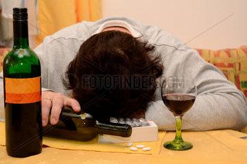Frau nimmt Medikamente mit Alkohol