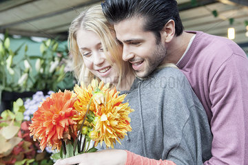 Man pleases girlfiend with surprise gift of flowers