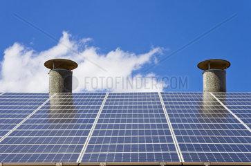 Kleines Solarkraftwerk auf einem Dach