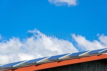 Kleines Solarkraftwerk auf einem Dach.
