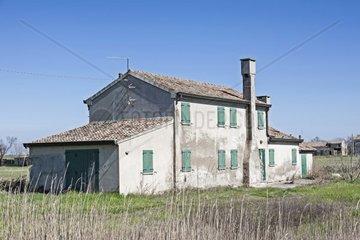 Typisch venetisches Bauernhaus in den Sumpfwiesen des Podeltas