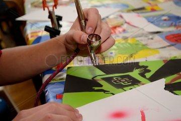 Person arbeitet mit Airbrush