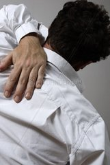Mann mit Rueckenschmerzen