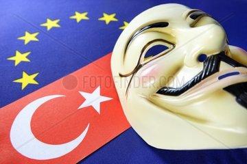 Tuerkei-Fahne  EU-Fahne und Occupy-Maske  Buergerproteste in der Tuerkei