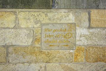 Historisches Ereignis  Hinweis auf einer Steininschrift  dass im Jahre 1875 absolut nichts dort geschah  Grundtuecksmauer Villa Maria  Dresden