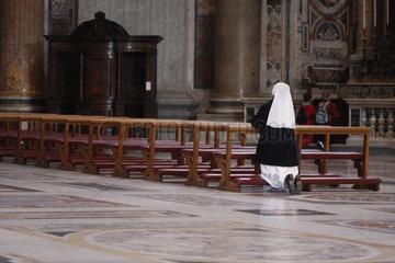 eine Nonne in der Peterskirche.