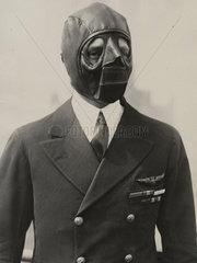 Naziluftwaffensoldat mit Gesichtsmaske