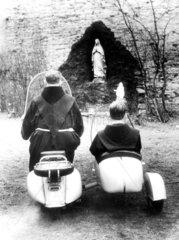 Moenche mit Motorroller vor Madonna