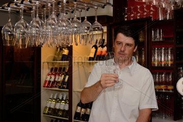Weinglaesercheck eines Hotelinhabers