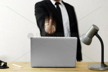 Geschaeftsmann zeigt den Mittelfinger