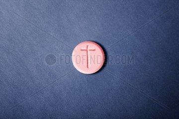 Rote Pille mit Kreuz  Designerdrogen