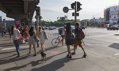 Fussgaenger an einer Strassenkreuzung in Berlin
