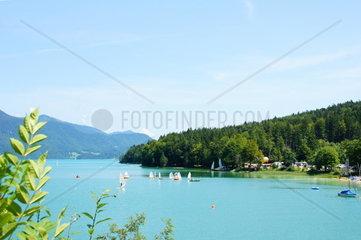 Walchensee in Bayern mit Booten und Windsurfern