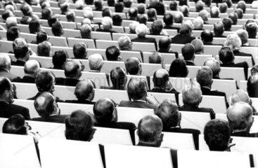 Maenner von hinten in Konferenz