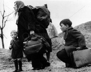 Mutter und Kinder mit viel Gepaeck - Fluechtlinge Vertriebene ca. 1946