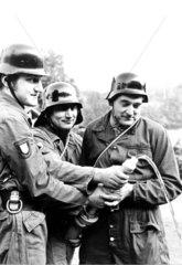Feuerwehrleute mit Schlauch