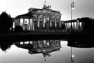 D-Berlin: Brandenburger Tor spiegelt sich im Wasser