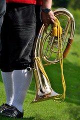 Musiker in Tracht mit einem Horns