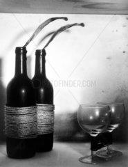 Zwei Weinflaschen machen sich selbststaendig