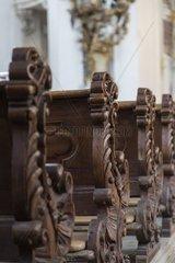 Detailansicht alter Baenke in einer bayrischen Kirche