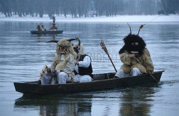 drei Verkleidete auf Boot
