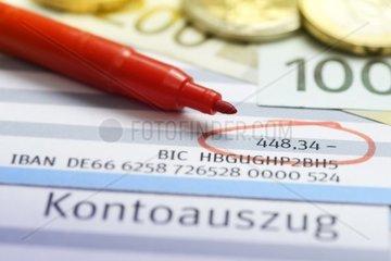 Rotstift auf Kontoauszuegen  negative Kontobilanz